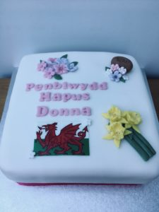 Birthday cake with Happy Birthday in Welsh